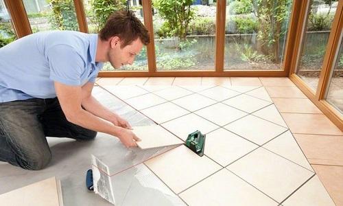 Укладка плитки с помощью лазерного нивелира