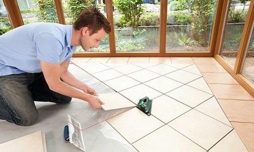 Укладка плитки при помощи лазерного нивелира