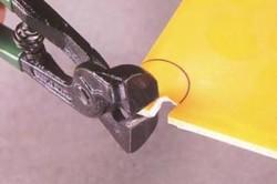Использование кусачек для обламывания плитки