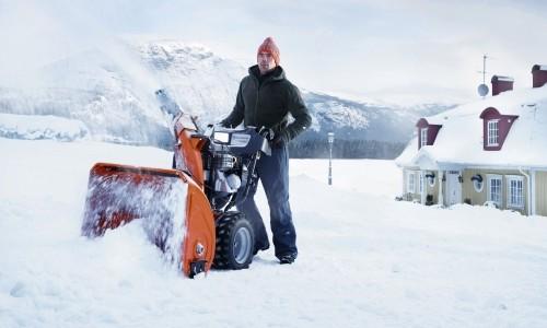 Снегоуборочная машина в работе