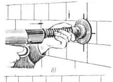 Положение строительного пистолета и рук оператора при производстве выстрела