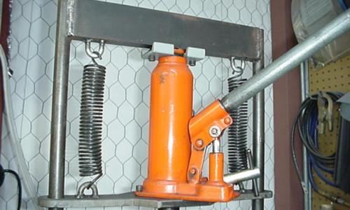 Гидравлический пресс можно сделать из домкрата, он будет малогабаритным и легким, что вполне подходит для домашнего использования.