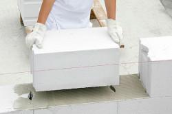 Укладка газобетонных блоков на клеевой состав